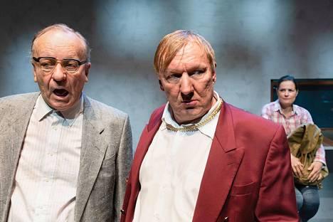 Esko Roine ja Aimo Räsänen ovat näytelmän vahva mieskaksikko. Räsänen esittää suuren määrän rooleja ja toimii myös ohjaajana.