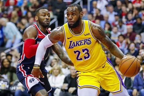 Los Angeles Lakersin supertähti LeBron James (oik.) oli osa NBA-suuruuksien neuvottelua.