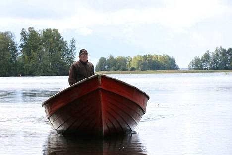 Nuoresta pojasta saakka sivutoimisesti ja viimeiset 17 vuotta ammatikseen kalastanut Markku Lehtinen aloitti kalastajan uransa kisällinä soutamalla siikaverkoilla käyneiden kokeneiden kalastajien venettä.