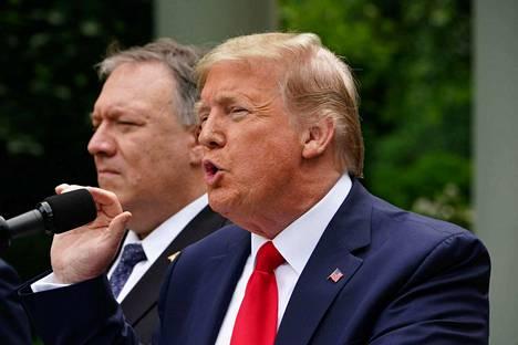 Yhdysvaltojen presidentti Donald Trump ja ulkoministeri Mike Pompeo pitivät tiedotustilaisuuden Kiinaan liittyen toukokuussa Valkoisessa talossa. Yhdysvallat on ottanut tiukan kannan Kiinan ja Hongkogin tilanteessa.