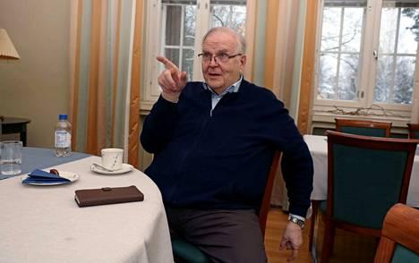 Metsäteollisuudessa ja viestinnässä elämäntyönsä tehnyt Pekka Kivelä on kirjoittanut viisi kirjaa eläkkeellä. Ensimmäinen niistä oli Mäntän Klubin albumi vuonna 2011. Kivelä aloitti työuransa samassa nurkkahuoneessa, jossa haastattelu tehtiin.
