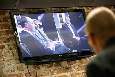 MTV3:n pääministeritentissä keskustan Juha Sipilä näyttää katsovan perussuomalaisten Jussi Halla-ahoa pahalla silmällä. Välissä istuu sovittelevan oloinen vihreä Pekka Haavisto.