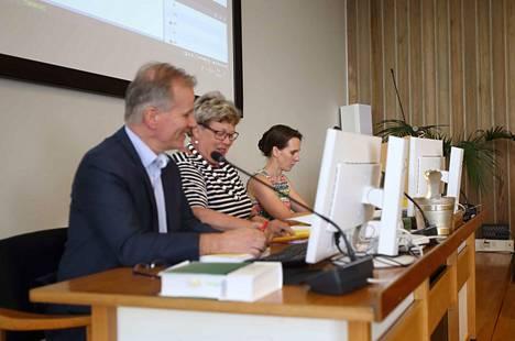 Valkeakosken kaupunginvaltuustossa puhetta johtaa kokoomuksen Marja Heikkinen (keskellä). Kaupunginjohtaja Jukka Varonen ja hallintojohtaja Anne Laukkanen istuvat hänen rinnallaan.