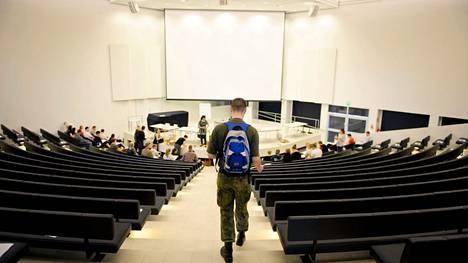 Kauppatieteiden pääsykokeet kuvattiin Tampereen yliopistossa 4. kesäkuuta 2014. Korona-aikana kokeiden turvallisuuteen on jouduttu valmistautumaan mittavin järjestelyin.