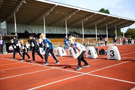 7-vuotiaat pojat valmistautuvat 40 metrin matkalle.