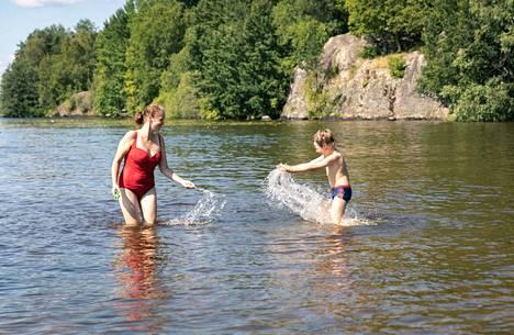 Isabella Karlsson ja Miro Hirvelä tulivat Pyynikin uimarannoille nauttimaan helteestä. Karlsson kertoi sunnuntain olevan hänen kesän ensimmäinen rantapäivä.