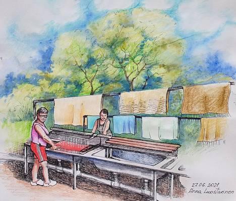 Anna Luostarinen maalasi ja piirsi Janakkalan maisemia ja arkisia tapahtumia. Yksi joulukuun näyttelyyn tuleva teos on Matonpesijät. Akvarelli, 2021.