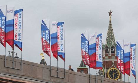 """Kremlin ulkopuolella Moskovan katukuva on koristeltu Venäjän lipun väreillä. """"Me olemme Venäjä – me olemme yhdessä"""", julistaa iskulause."""