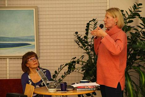 Kirjailija Heidi Köngäs esitteli Mänttään sijoittuvaa romaaniaan Mirjamia kirjastossa marraskuussa. Mänttä-Vilppulan kirjastonjohtaja Riitta Taskinen kuuntelee.