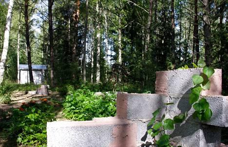 Porin vanhan lyhytaaltoaseman ympäristöön levittäytyy lähiöestetiikkaa kommentoiva, yhteisöllisesti rakentuva veistospuisto.  Viime kesän betoniteema jatkuu uudessa harkkoteoksessa.