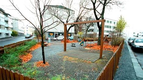Tampereen Armonkallion aukio kuvattuna toisessa yhteydessä tasan vuosi Räisäsen katoamisesta lokakuussa 2000. Haarakatu 10 sijaitsee kuvanottamiskohdalla oikealla.