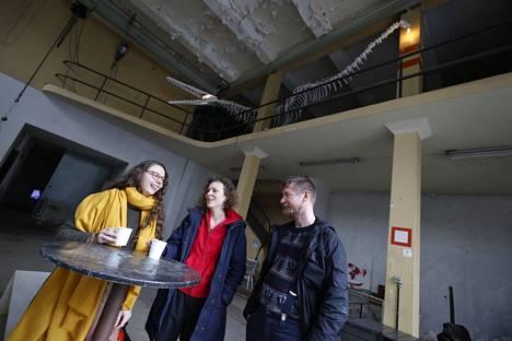 Yleisö pääsee uusiin tiloihin Väinölän vanhalla lyhytaaltoasemalla, jossa on avautunut myös T.E.H.D.A.S ry:n uusi galleria. Sen ensimmäiset näyttelyt järjestivät Julia Kovacs Haavisto (vasemmalla), Iida Nikitin ja Jussi Matilainen. Taustalla näkyy Phaser Crane Collectiven luuranko.