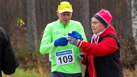 Reijo Rajahalme juoksi M60-sarjan palkintopallille Tukholman maratonilla. Arkistokuvassa Mirja Vähämäki tarjoilee urheilujuomaa Rajahalmeelle Kankaanpää maratonilla 2018.