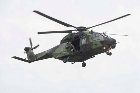 Paraatissa nähdään muun muassa  NH90-kuljetushelikoptereita. Ylilennoista aiheutuu melua keskustan alueella.