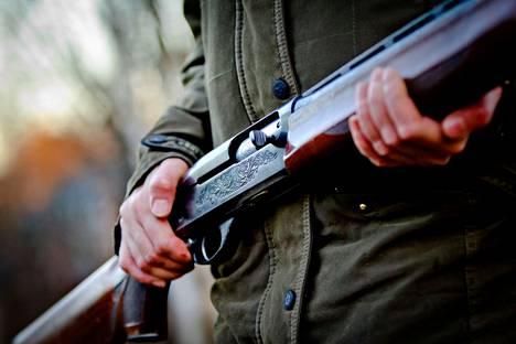 Mies uhkasi vaimoaan haulikolla Kankaanpäässä. Kuvituskuva. Kuvan ase tai henkilö eivät liity tapaukseen.