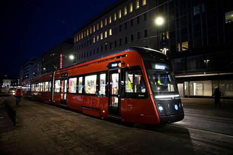Ratikan koeajoja tehtiin maaliskuussa iltaisin testimatkustajien kanssa. Ensi viikolla ja sitä seuraavalla pääsevät ennakkoon ilmoittautuneet Tampereella ratikan kyytiin noin kello 12–18.