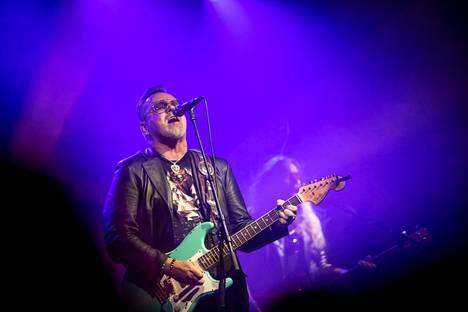 Pertti Neumann elokuussa Rakastajat-teatterin Alaston kaupunki -konsertissa.