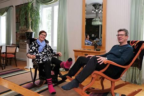 Maarit Naakka ja Markku Isoviita eivät tavallisina arkipäivinä jouda istuskelemaan keinutuolissa. Vaikka kumpikin on jo eläkeiässä, he tekevät yhdessä töitä Maaritin perustamassa Ideakorussa.