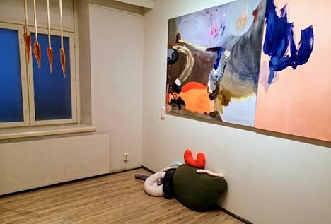 Heli Lundströmin teoksia. Vasemmalla Kynnet, 2020. Lattialla Päätepiste, 2021 ja oikealla Reititys, 2020
