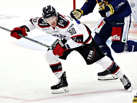 Valtteri Pihlajamäki oli Pitsiturnauksessa Ässien näkyvin pelaaja. Maali, syöttöpiste, monia jäähyjä ja tappelu Jonne Virtasen kanssa.