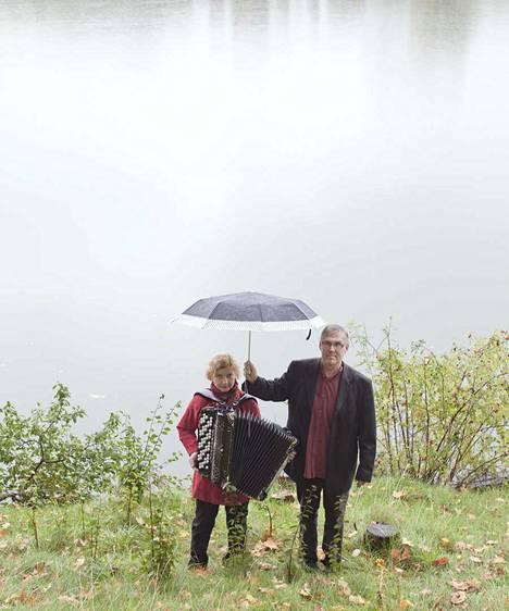 Maria Kalaniemi ja Timo Alakotila musisoivat Karviassa.