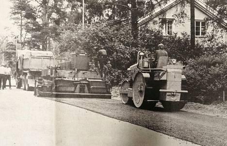 50 vuotta sitten Valkeakoskella päällystettiin myös teitä. Asfaltointityöt aloitettiin heinäkuun alussa Honkiniementieltä, josta ne etenivät Kirjaskadulle. Asfaltointitöistä vastasi kouvolalainen Tulotie Oy, joka teki asfaltointitöitä Valkeakoskella noin kuukauden ajan.