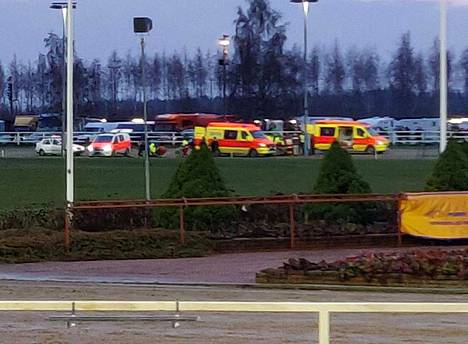 Ohjastajat vietiin ambulansseilla sairaalaan.