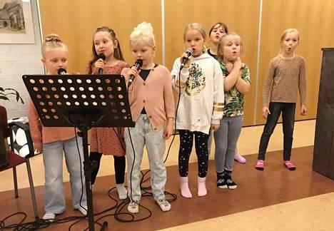 Laulukoulu Preston Lili, Hertta, Aliisa, Aamu-Amelia, Hennastiina, Saaga ja Elsi esittivät vauhdikkaita lastenlaulusuosikkeja.