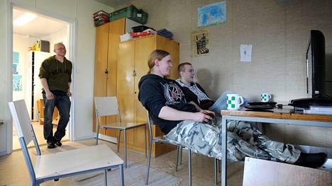 Vuonna 2012 otetussa kuvassa Joonas Kaukoniemi ja Janne Mäenpää notkuivat Lavian nuokkarilla. Nuoriso-ohjaaja Jarmo Järvenpää kyseli, tulevatko jätkät lähipäivinä liikuntakerhoon pelaamaan salibandya.