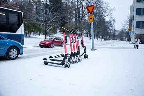 Voi on poistanut sähköpotkulaudat katukuvasta kerran tänä talvena Tampereella. Yhtiöillä on mahdollisuus myös poistaa potkulaudat käytöstä, jos sähköpotkulautailusää on vaarallinen.