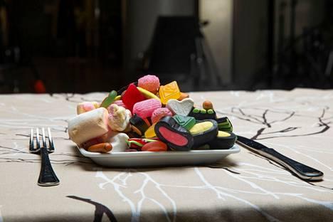 Kirjoittajan mukaan epäterveellinen ravinto, liikkumattomuus ja henkinen pahoinvointi nakertavat hyvinvointia.
