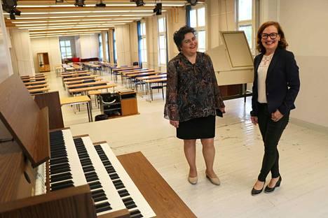 Komeassa salissa soivat jo urut ja cembalo, ja flyygelikin on vielä tulossa. Marja Kallioniemi ja Eeva Kulhua ovat tyytyväisiä siihen, että musiikkiopisto aloittaa Kankaanpään opiston tiloissa.