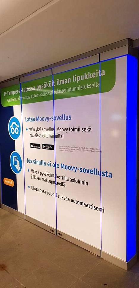 Moovy-pysäköintisovelluksen lataamista älypuhelimeen kannustetaan.