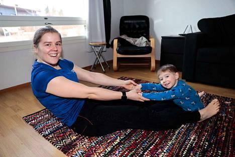 Laura Hongisto liikuttaa aikuisia ja lapsia.