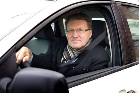 Aamulehti testasi vuonna 2008 kolme reittiä Tampereen keskustasta Pirkkalaan. Toimittaja Jorma Huovinen ratissa.