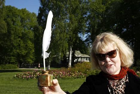 Taiteilija Helena Laine esitteli vuonna 2018 pienoismallia Kirjurinluodossa paikassa, johon suuri veistos on suunnitteilla. Arkistokuva.
