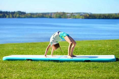 Venyttelyliikkeet, jooga ja pilates onnistuvat mainiosti ruhtinaallisen tilavan liikuntapatjan päällä, ja kimmoisa pinta helpottaa liikkeitä.
