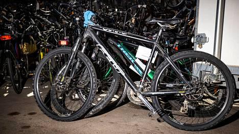 Porin poliisilaitoksen löytötavaratoimistossa oli huhtikuussa yli sata polkupyörää, kun koronan vuoksi huutokauppoja ei voitu pitää. Tällä viikolla huutokauppa kuitenkin järjestettiin.