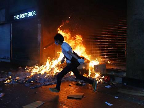Mielenosoittajat sytyttivät perjantaina tulipaloja muun muassa metroasemien sisäänkäynneille. Hongkongin koko metroliikenne on toistaiseksi pysähdyksissä.