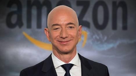 Ennätyskallista jättijahtia hankkiva Jeff Bezos kuvattuna Berliinissä vuonna 2018.
