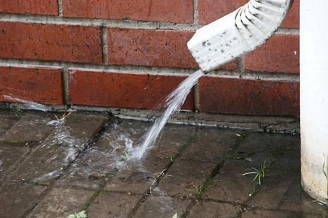 Kovat kasvittomat pinnat sitovat huonosti vettä ja saattavat aiheuttaa paikallisia tulvia asuinalueilla, Puutarhaliitosta kerrotaan.