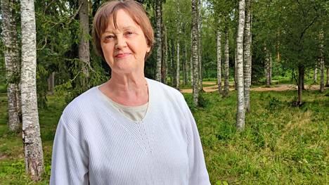 Outi Kimari on tottunut liikkumaan arjessa ja pitää Mäntän lyhyistä etäisyyksistä. Kaikkialle voi kävellä tai pyöräillä.