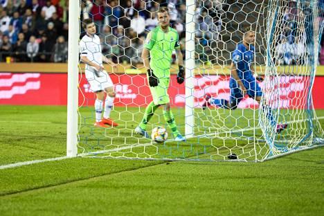 Lukas Hradecky joutui hakemaan pallon verkosta Ciro Immobilen puskun jälkeen.
