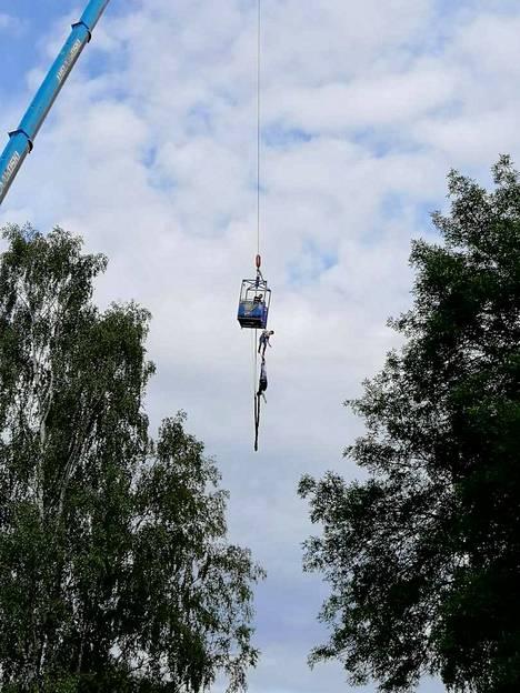 60 metristä hyppyä yrittäneet miehet eivät päässeet korista kovinkaan pitkälle, sillä turvaköysi jäi kiinni.