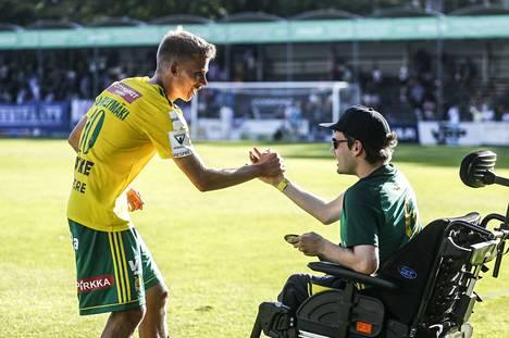 Ilveksen maalitykki Lauri Ala-Myllymäki paiskasi pelin jälkeen kättä seuran kannattajan Matias Lahtisen kanssa.