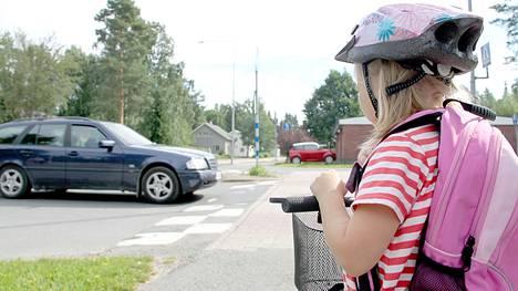 Tarkkaavaisuutta koulutiellä. Monissa kaupungeissa on sovittu, että ekaluokkalaiset kulkevat alkuun kävellen koulutiensä. Kun taidot kasvavat, koulumatka taittuu pyörälläkin.