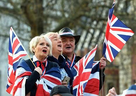 Brexitin kannattajat osoittivat mieltään perjantaina parlamentin ulkopuolella.