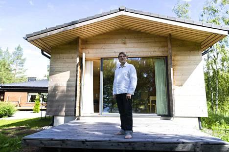 Samalla tontilla Juha Päätalon rakentaman talon kanssa sijaitsee hänen äitinsä talo.
