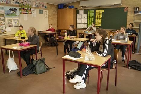 Oppilaat olivat lounastauolla Tanskan Randersissa kaksi viikkoa sitten, kun koulut aukenivat.