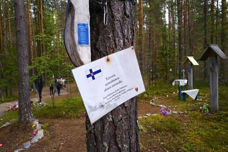 Karjalan Sandarmoh on yksi monista Stalinin vainojen uhrien joukkohaudoista. Tuhansia ihmisiä teloitettiin metsässä 1937–1938. Suomalaisuhreja on muistettu tervehdyksin.